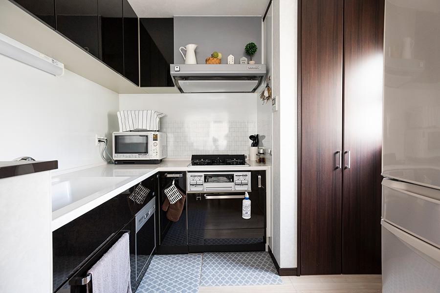 必要なものだけをコンパクトに収めたキッチン。レンジフードの上はディスプレイスペースに。
