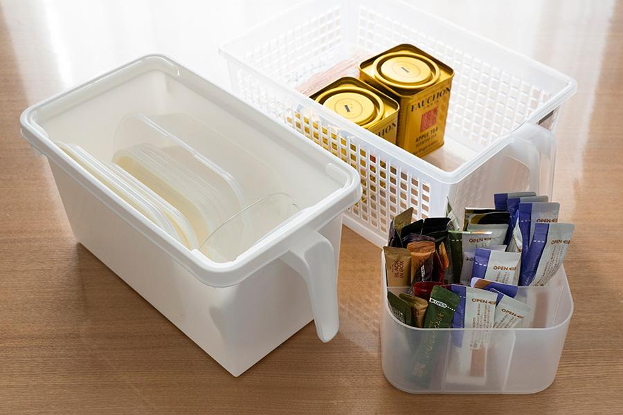 ボックスの中はアイテム毎に仕分け。縁がなく乾きやすいイオンのタッパーを愛用。コーヒーメーカーも断捨離してスティックタイプに。