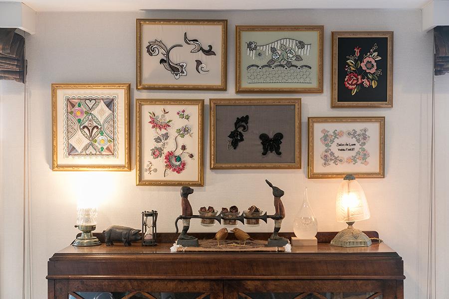 家具はすべてアンティーク。壁面には作品を額装して飾っている。