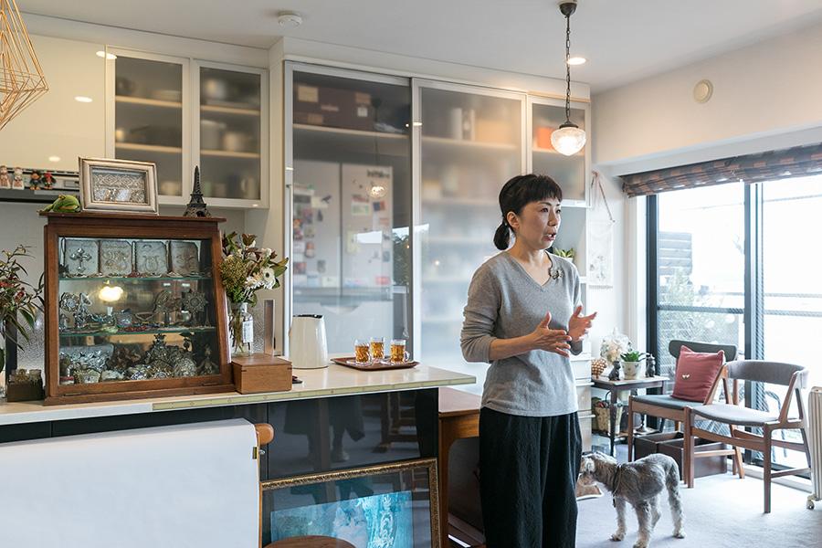 キッチン側の壁には造り付けの棚があり、冷蔵庫などをほどよく隠しながら収納できる。