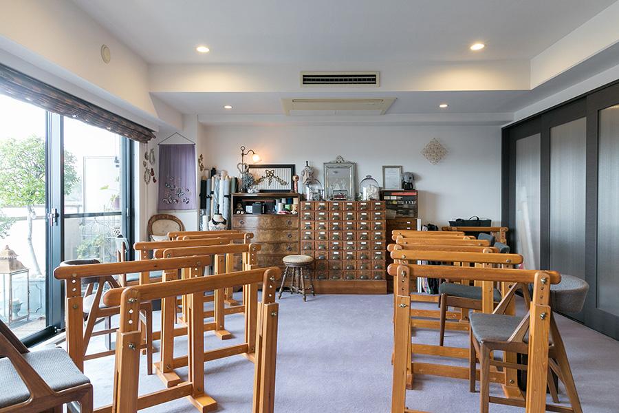 ダイニングテーブルを片付け、部屋をお教室仕様に。刺繍台は特注してつくってもらったオリジナル。右手の半透明の建具の奥が武井さんのアトリエスペース。