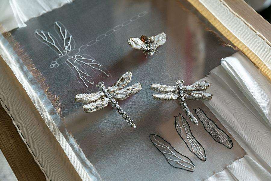トンボと蜂のブローチ。武井さんの作品の中でもシンボル的な存在。