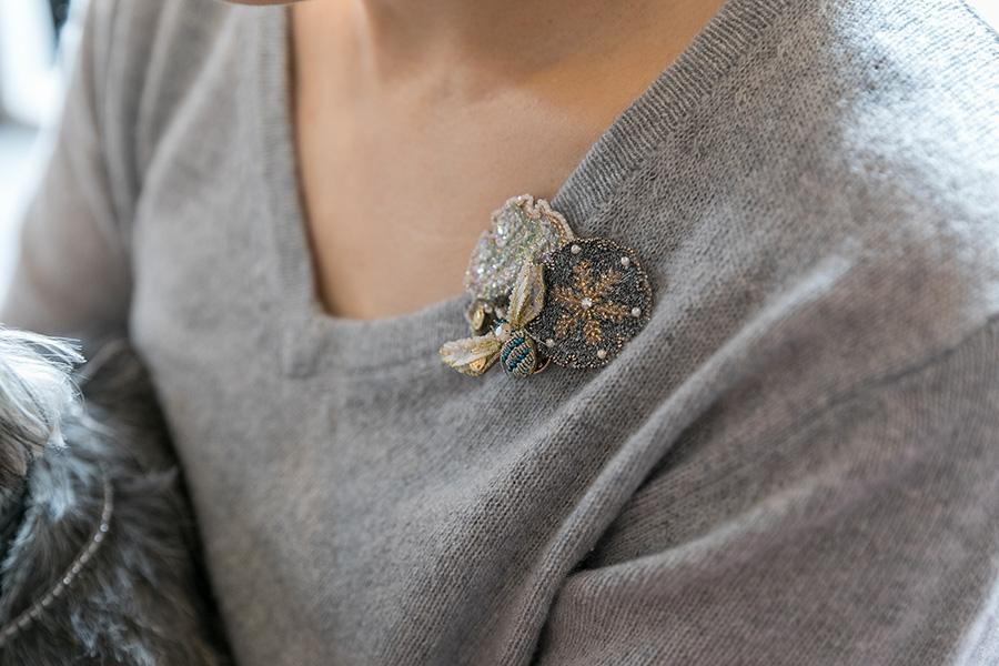 カシミアのセーターに、ブロードリー作品のブローチを。