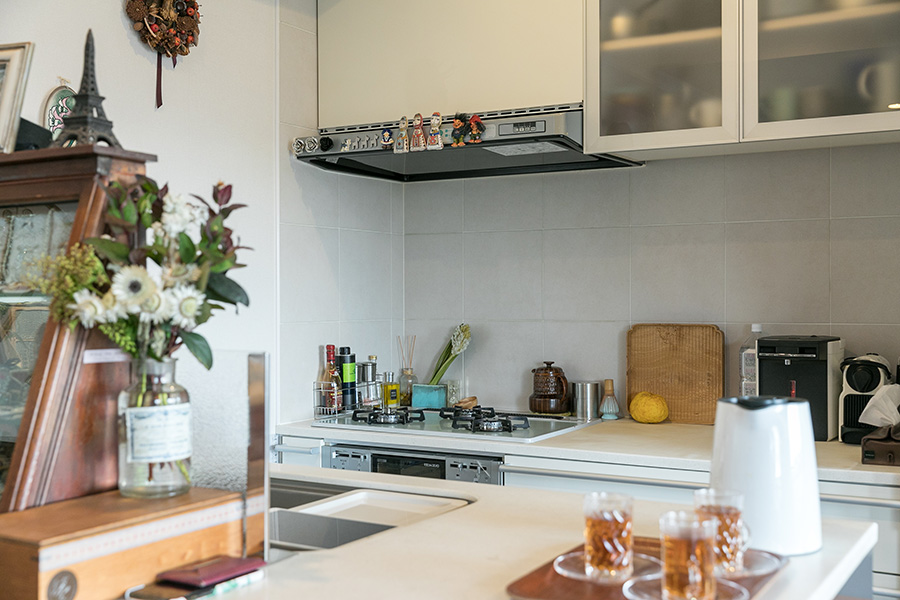 シンプルなキッチンも、マグネットなどで武井さん流に楽しくアレンジ。対面式のシンクのあるカウンターに作品をディスプレイしている。