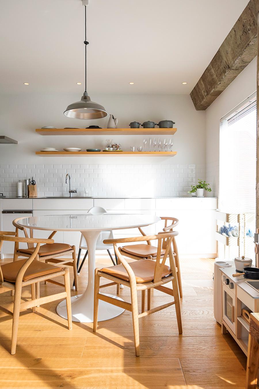 吊り戸棚は設けず、棚板を渡して食器や調理器具をディスプレイ。インテリアはYチェアなど北欧ものを多く揃える。