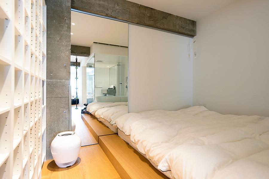 小上がりのようなベッドルーム。鏡のスライドの戸は閉めれば、カーテン代わりに。