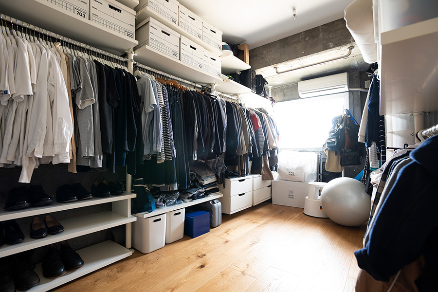 居室として使っても十分な広さのあるWIC。IKEAの収納シェルフで整然と。