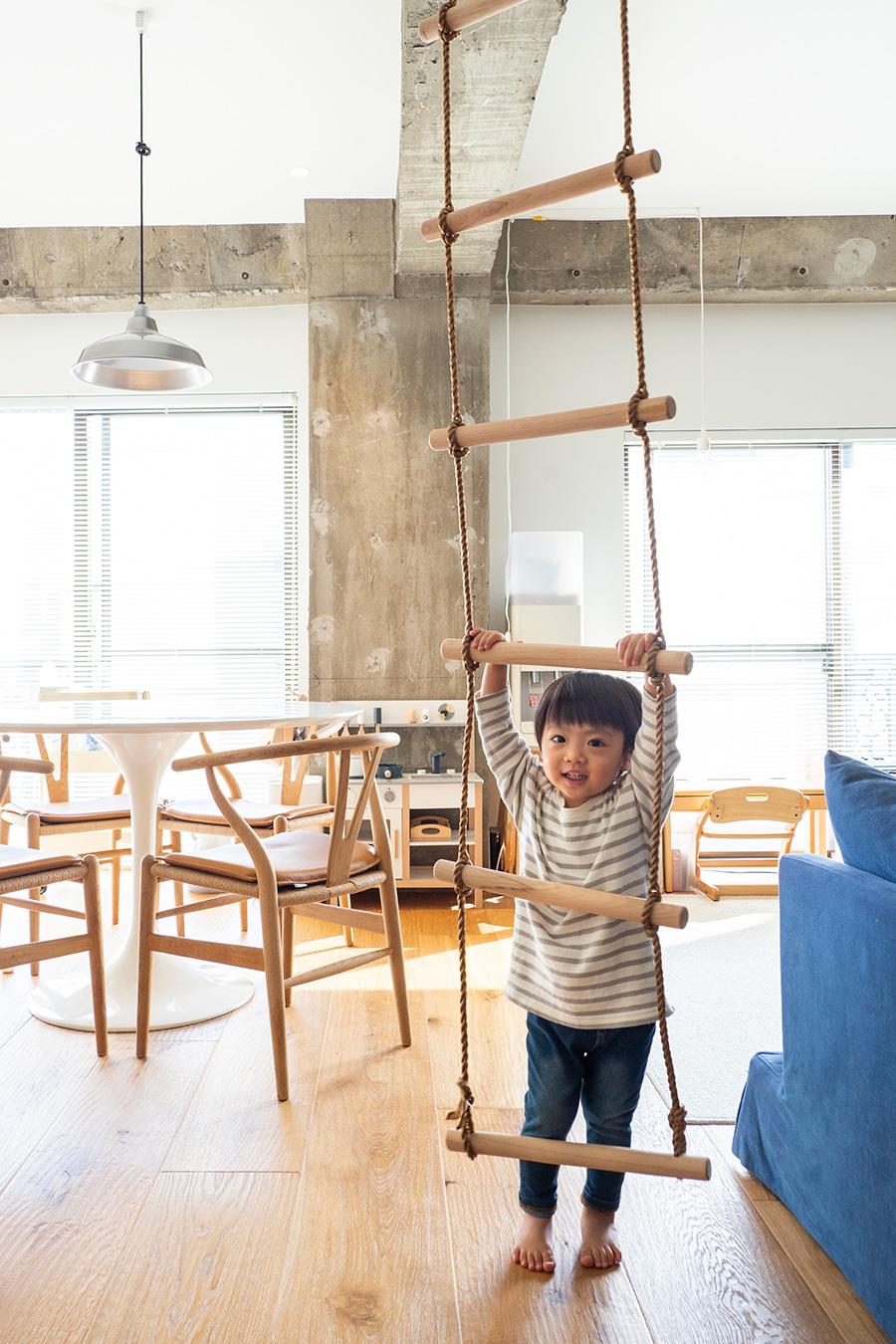 捷太郎君のために様々な遊び道具を。広々としたワンルームは、のびのびと過ごせる。