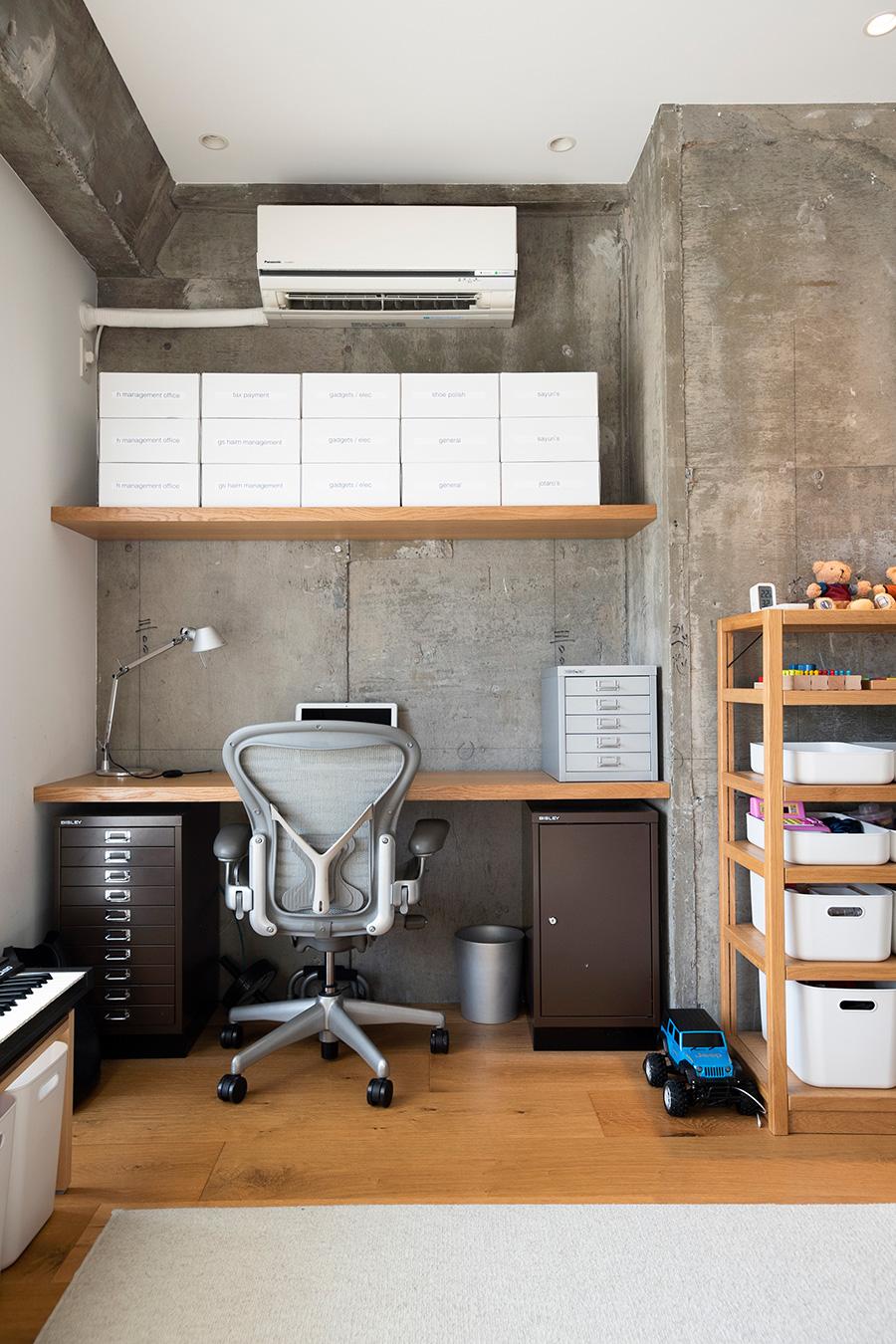 BISLEYのキャビネットが収まる高さに、棚板を渡して机を造作。