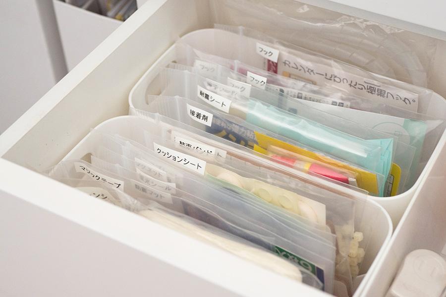 使用頻度の低い保管用の小物は、チャック付きポリ袋にアイテム別に小分け。さらにボックスに入れてきれいに収納。