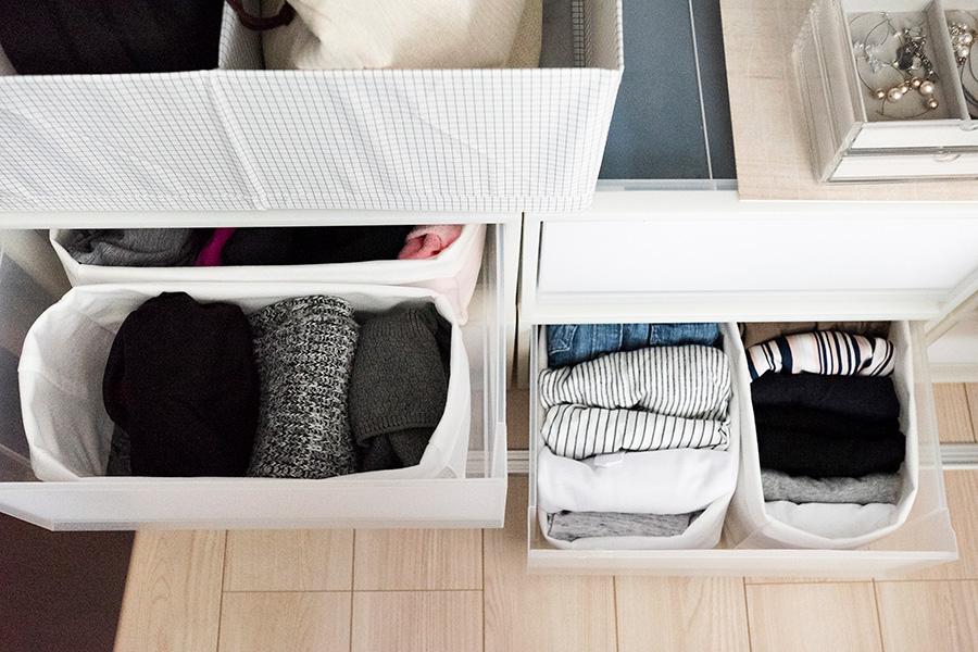 引出しの中では無印良品の不織布のカゴが活躍。引出しに合わせて高さが変えられて便利。