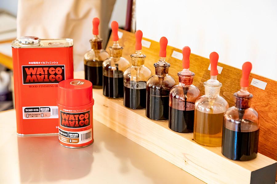 木部用の「ワトコオイル」は全7色揃う。小さい缶で2平米塗れる(1度塗り)。