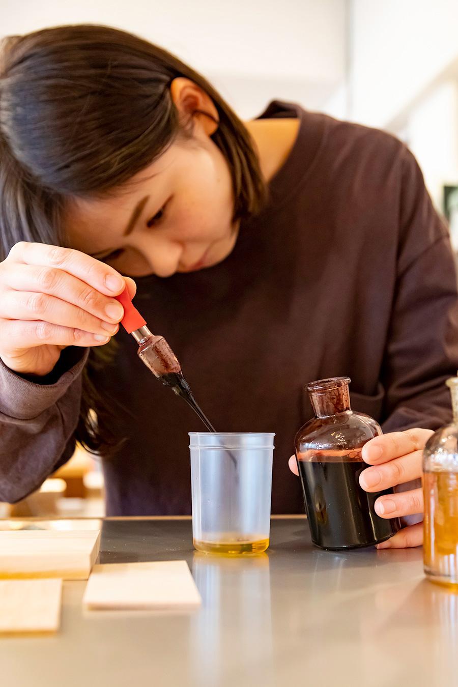 「Mixing Bar」ではワトコオイルを混ぜて好きな色を作り、試し塗りができる。木の素材によって発色がまったく違うので試し塗りできるのはありがたい。「ハケでもウエスでも塗れます」。