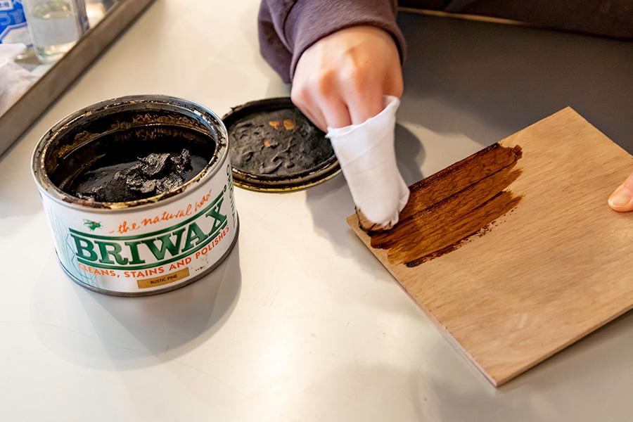 「BRIWAX」はペースト状になっている。布にとって塗り拡げる。使ったことのないアイテムは「Mixing Bar」で使い方を教えてもらおう。
