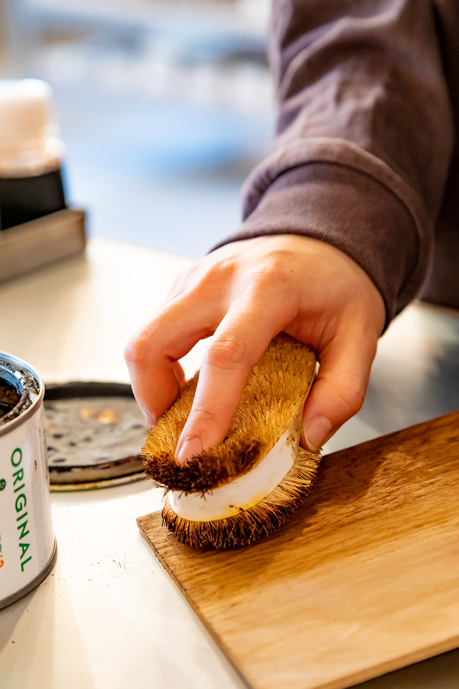 「塗り拡げたBRIWAXをタワシやスチールウールで磨くと、木肌が整い、ツヤが出ます」