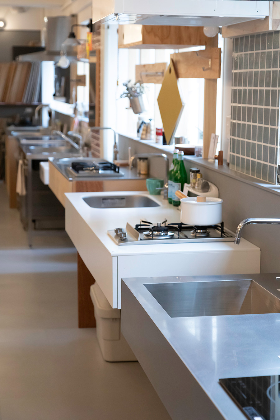 壁際にズラリと並んだキッチン。高さが微妙に違うのがわかるだろうか。作業しやすい高さを確認しながら、お気に入りのキッチンを探せるというナイスアイディア。