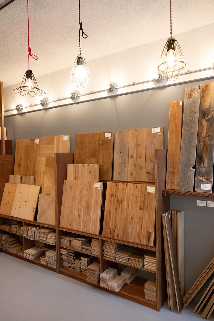 フローリングのサンプルも豊富。適度に節が入っているオーク、灰色がかった渋みのある国産の杉板、寄木細工のパーケットフローリングや人気の足場板も。