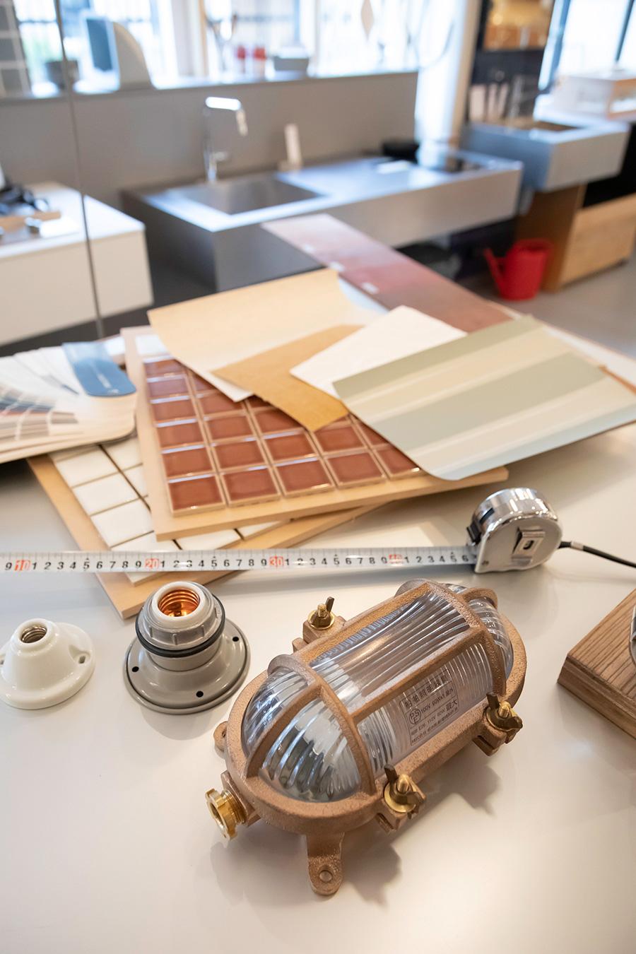 店内のカウンターで、壁紙や床材、タイルなどの組み合わせを試して、家全体のコーディネイトを確認できる。気になる素材のサンプルがあれば持ち帰って検討することも可能だ