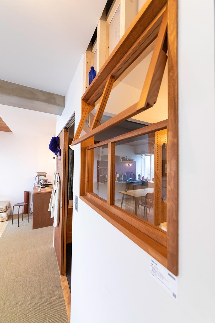 室内用の窓。部屋と部屋のつながりを感じさせるアイテムのひとつ。