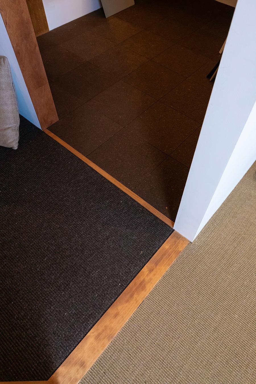床材の違いも体感できる。手前からサイザル麻カーペット、ウールカーペット、コルクタイル。