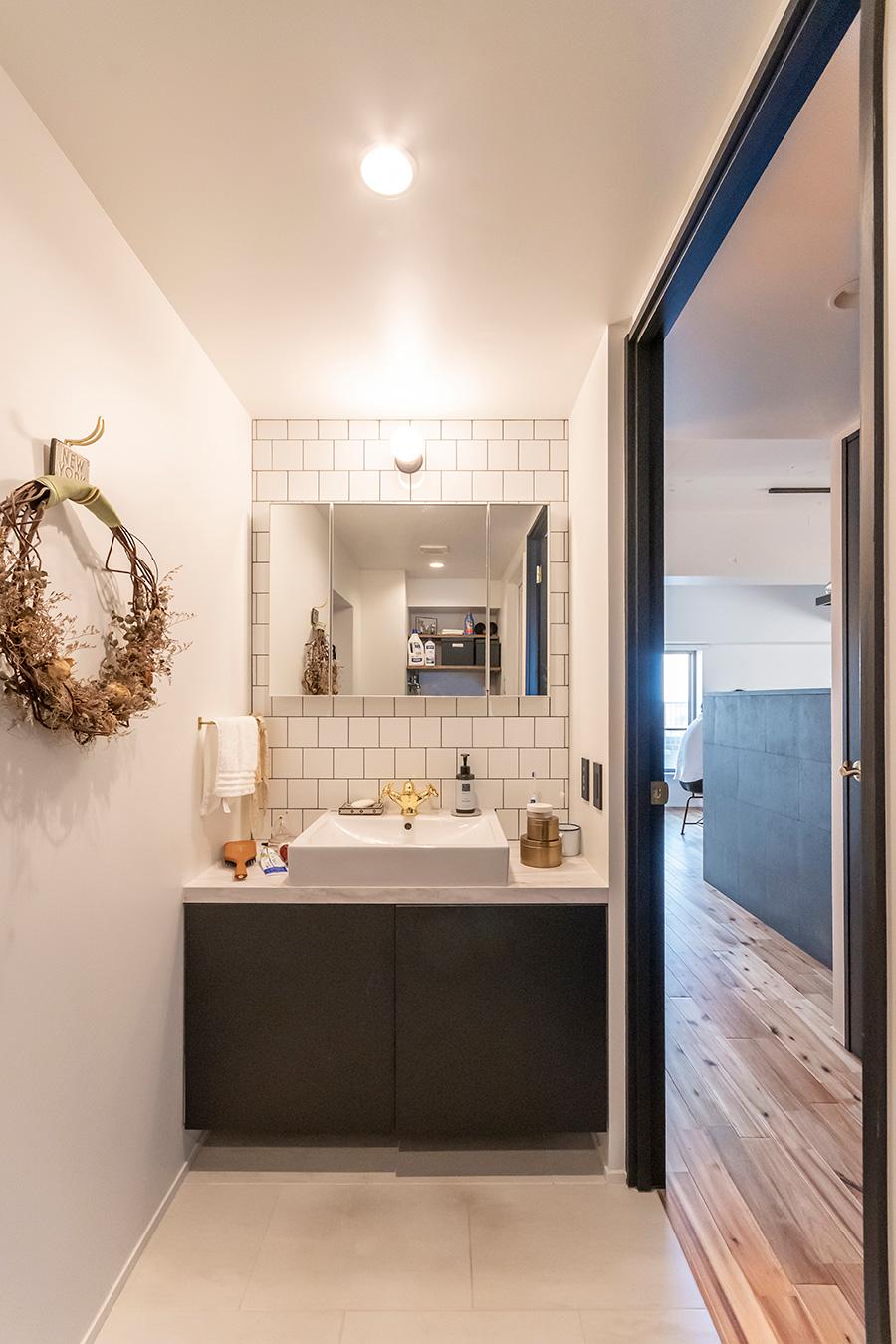 洗面台の壁は白のタイルを馬張りに。