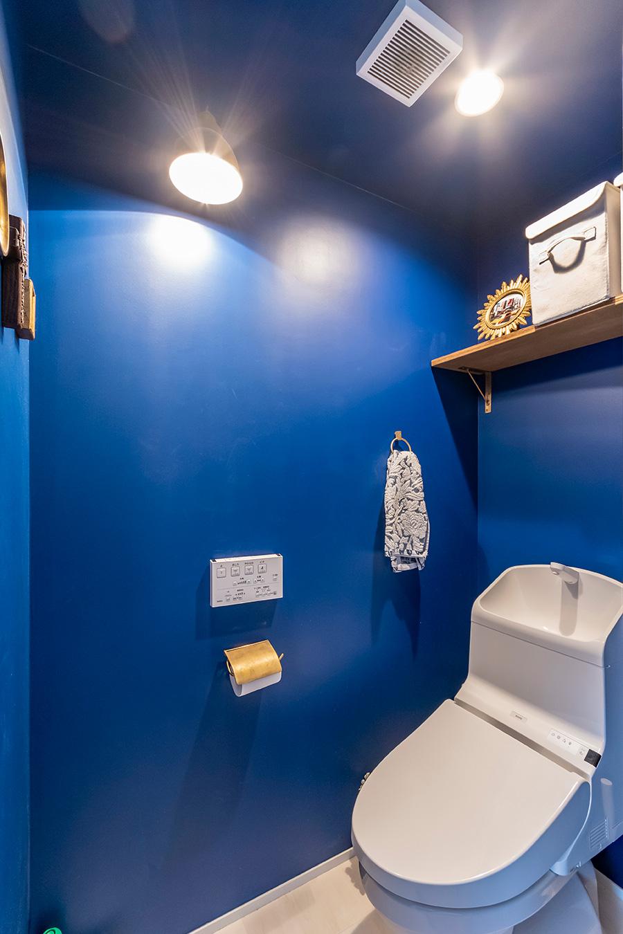 ブルーの壁紙はSATCの世界観をヒントに。