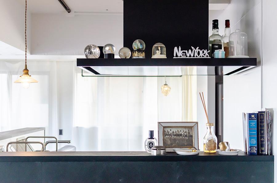キッチンを囲むL字型の仕切りは高めに設定。
