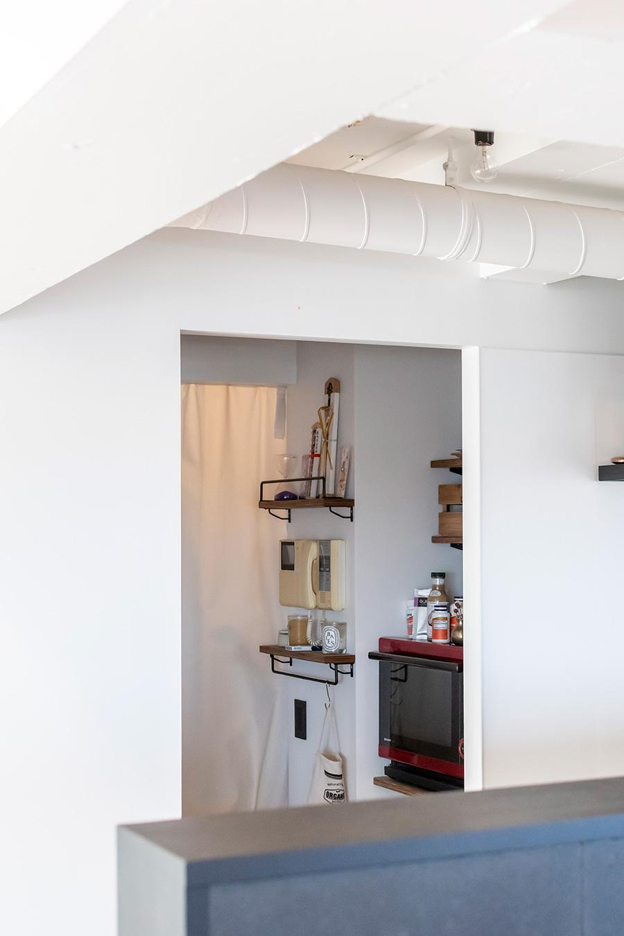 キッチンの奥にはたっぷり収納できるパントリー。