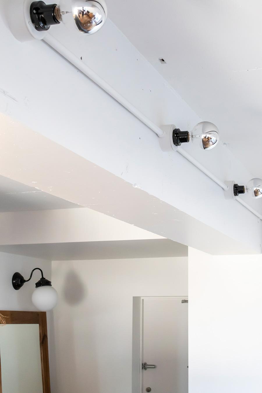 メインとなる照明にはシルバーランプを。