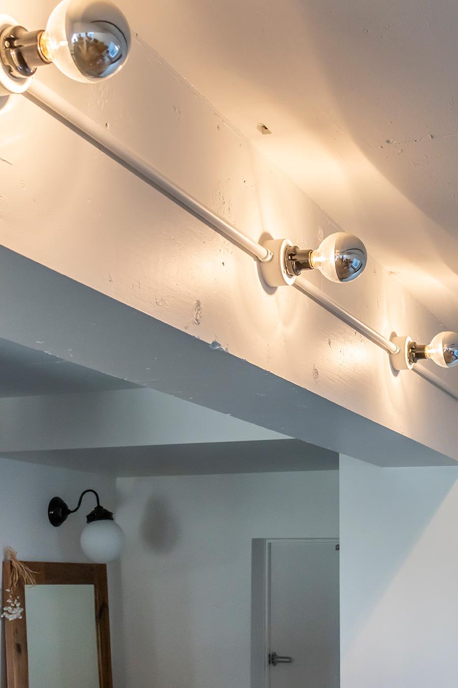 光を壁に反射させて、柔らかな光を演出する。