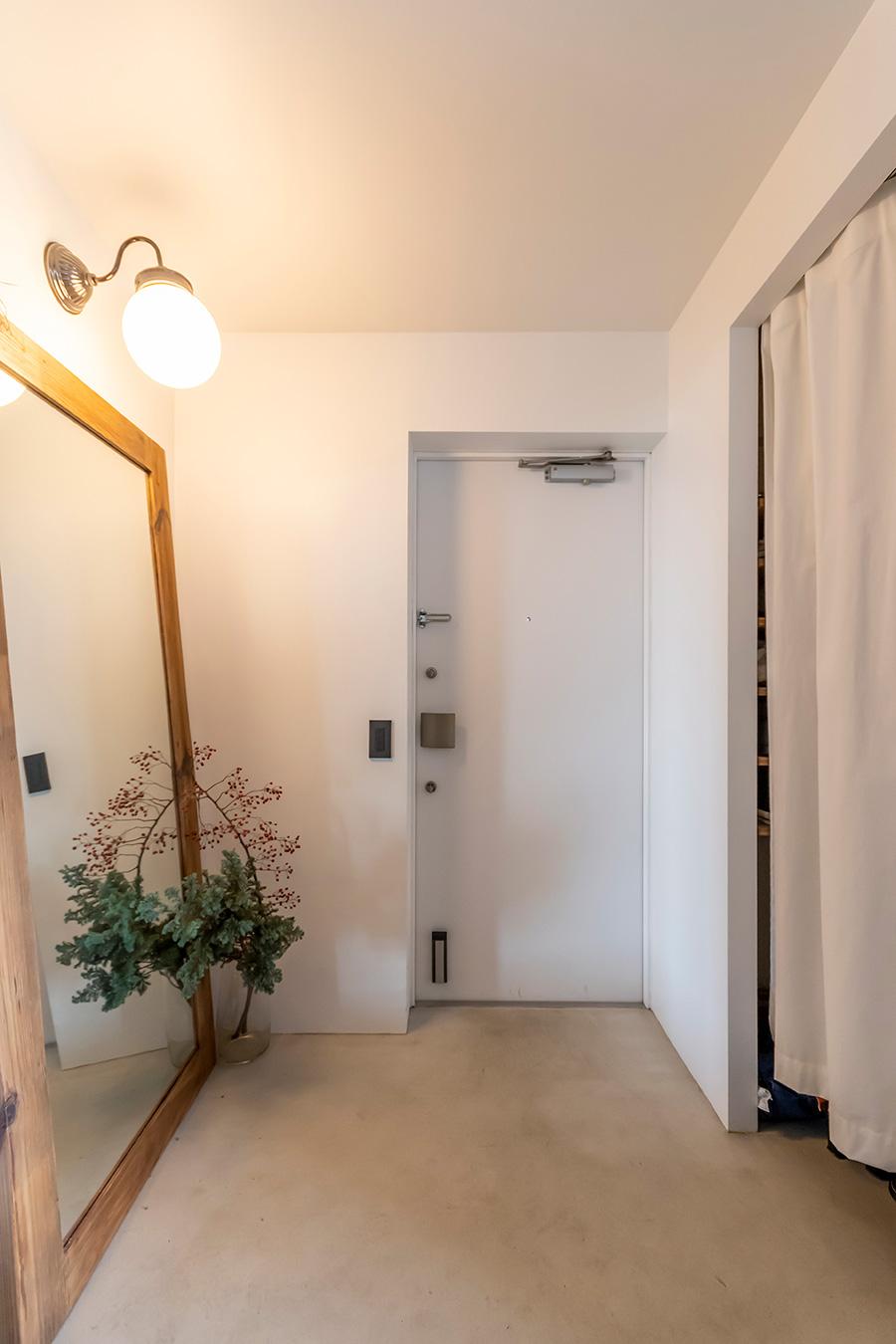 玄関の床はモールテックスで塗装。