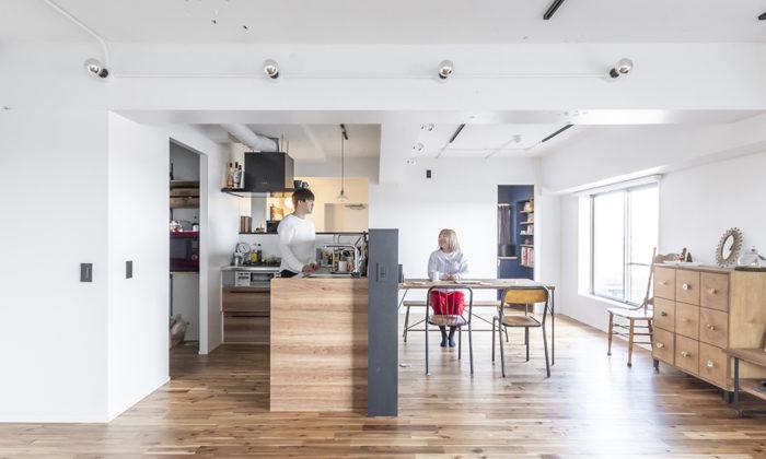 新婚2人の75㎡リノベーション心地よい距離を保つ、1.2mのキッチン腰壁