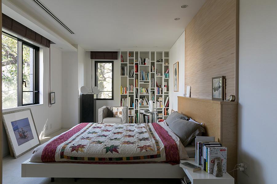アクセントになっている主寝室に設けた木製の壁は宿泊したホテルが着物の帯を飾っていたところから着想。Tさんは布や和紙など複数の素材を検討した結果、明るく優しい色合いの木材を取り付けた。