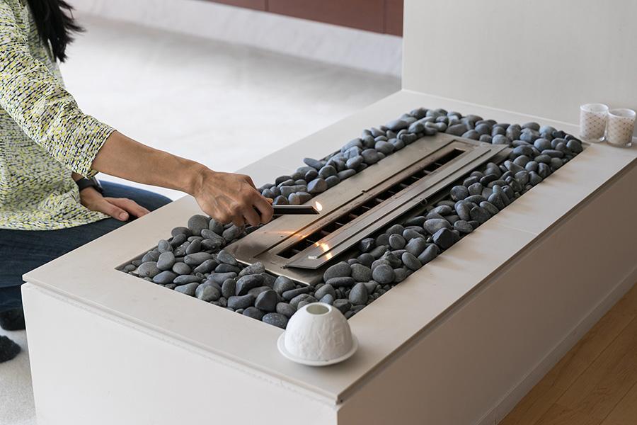 フランスでは当たり前のようにある暖炉。ご主人の提案でバイオエタノール燃料を使って火をおこすEcoSmart Fireをサロンとリビングの間に設置。