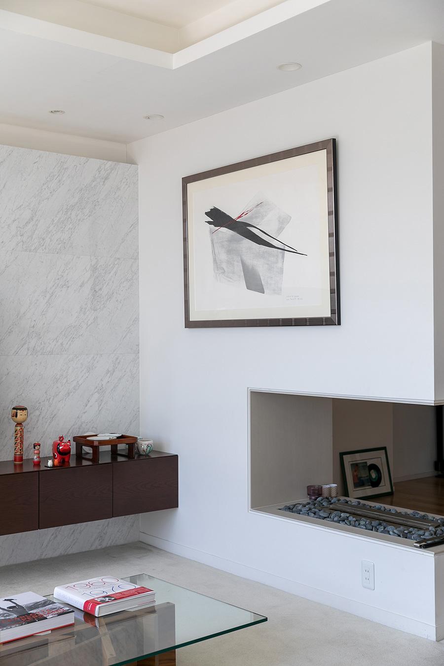 壁に飾られた墨絵は篠田桃紅の作品。不定期に飾る作品を変える。