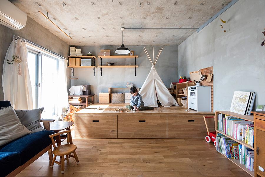 築40年の集合住宅をリノベーション。リビングに設けた小上がりは、現在は長女・めいちゃんの遊び場に。天井には丸カンをつけており、カーテンをかければ個室として仕切ることもできる。
