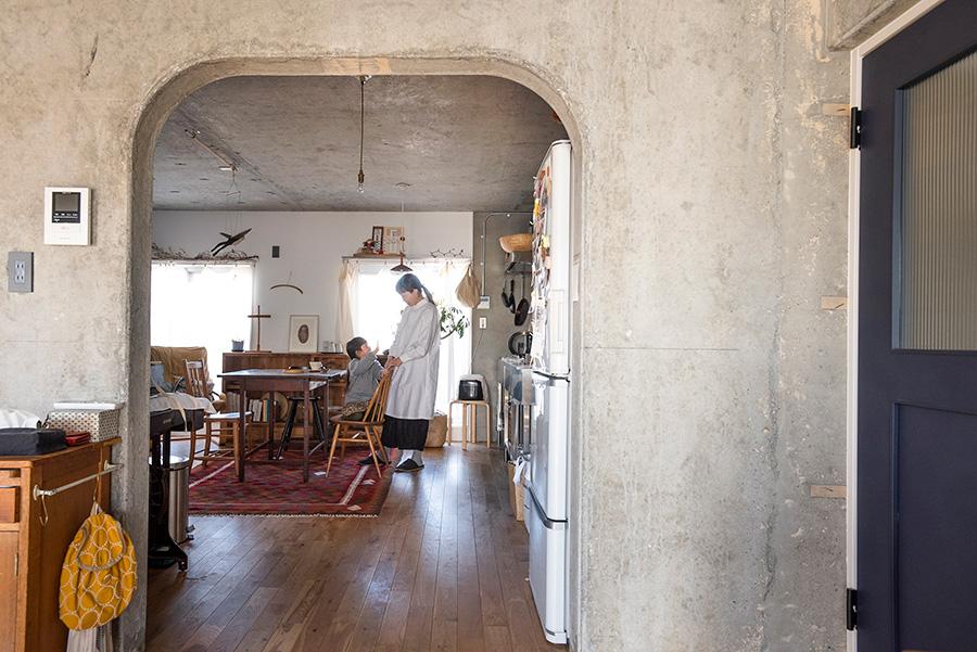 アーチ型に切り取られた構造壁が、リビングとキッチン&ダイニングを緩やかに分ける。