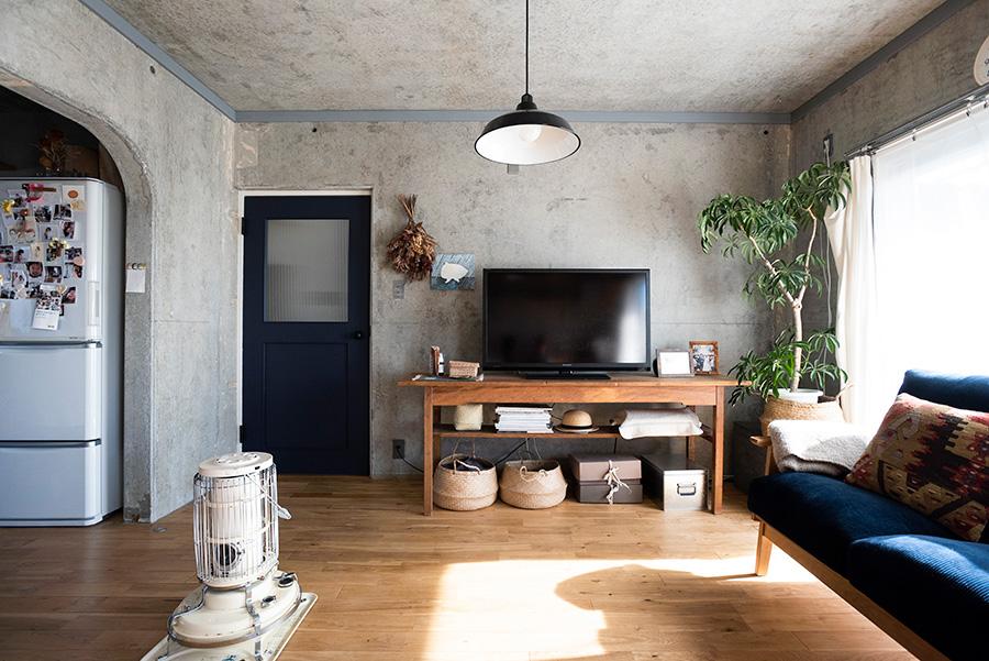 無垢のオークの床にアラジンのストーブが調和する。古家具をテレビ台に。