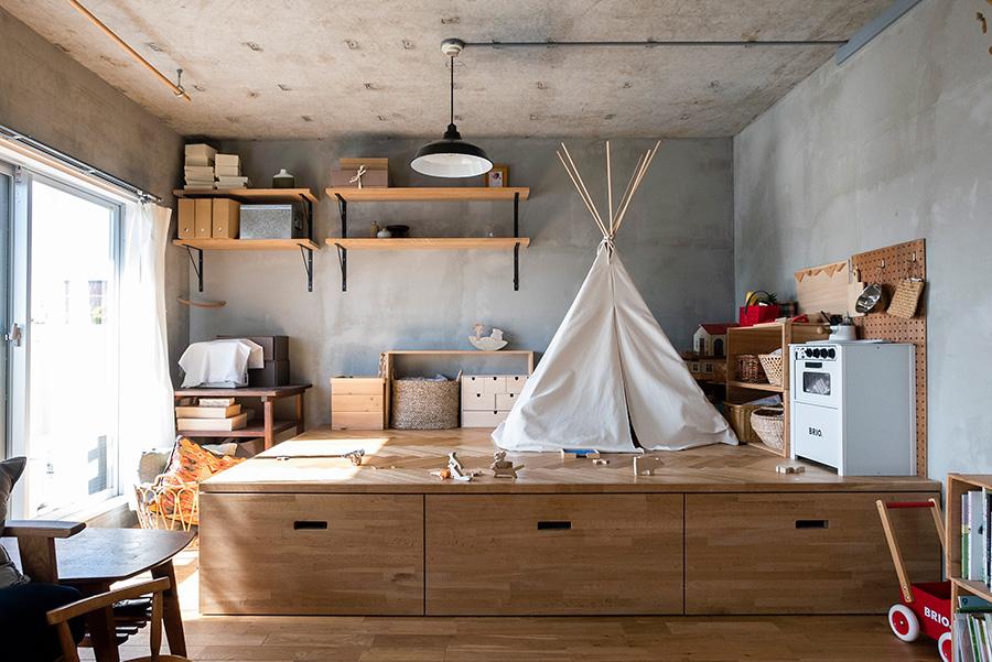 小上がり下の収納は奥行き180cm。キャンプ道具や布団、クリスマスツリーなどの季節ものなどをたくさん収めている。