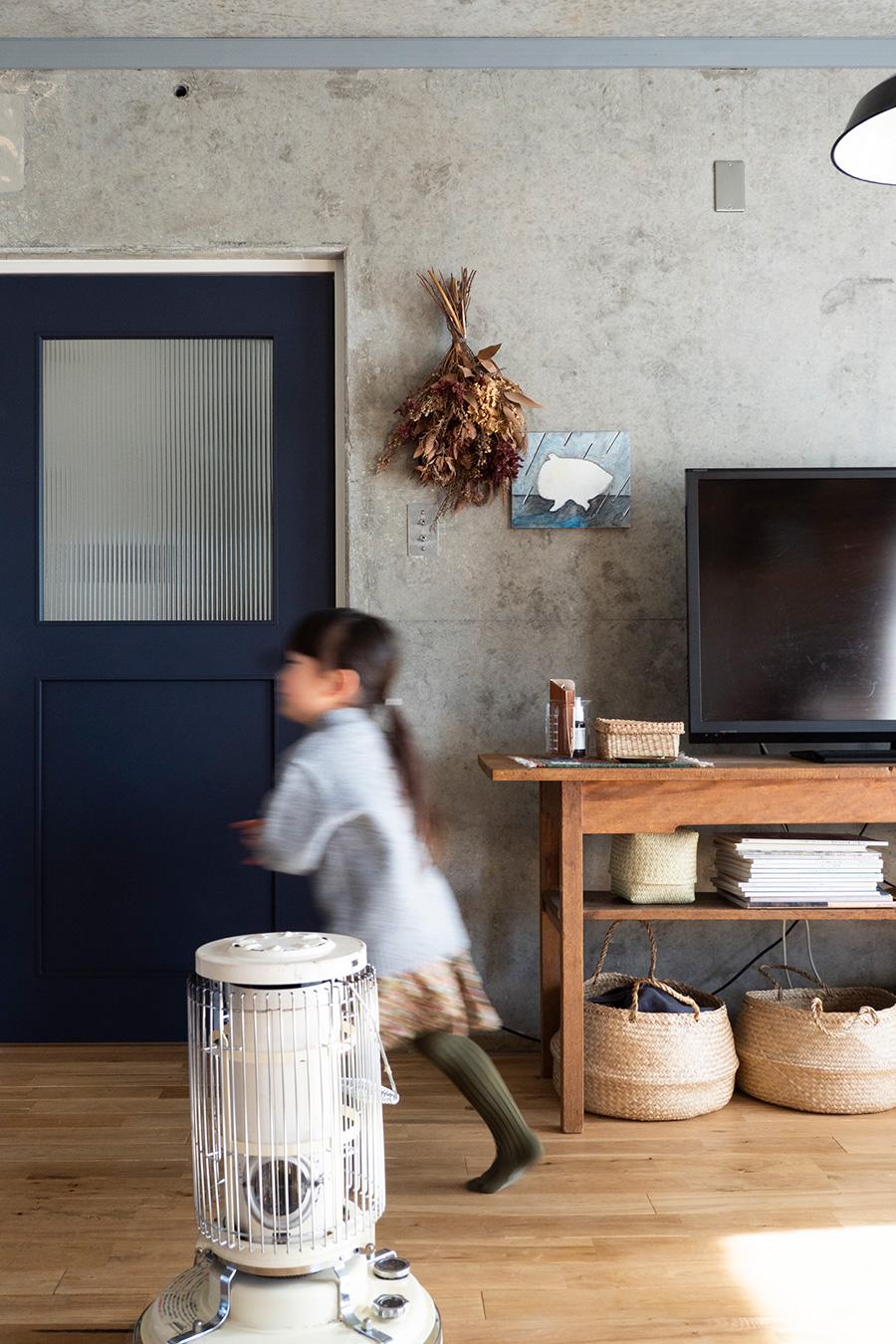 当初、アンティークで探したドアは、LIXILで統一することに。色やガラスなどをセレクトすることができる。