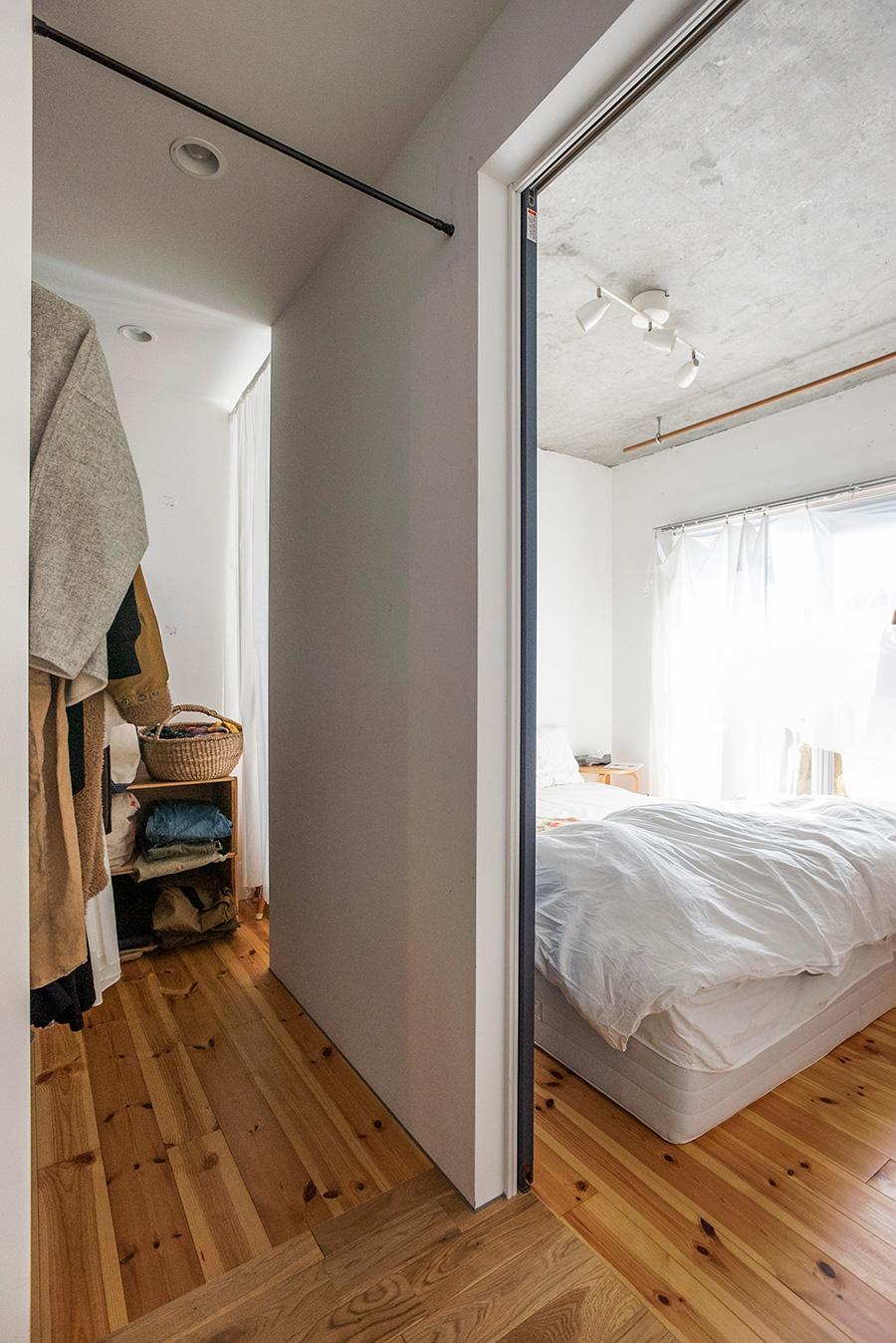 ベッドルームのみ個室に。仕切りの壁は新たに設けたもの。ベッドルーム側からもWICへ入れるように動線を確保した。