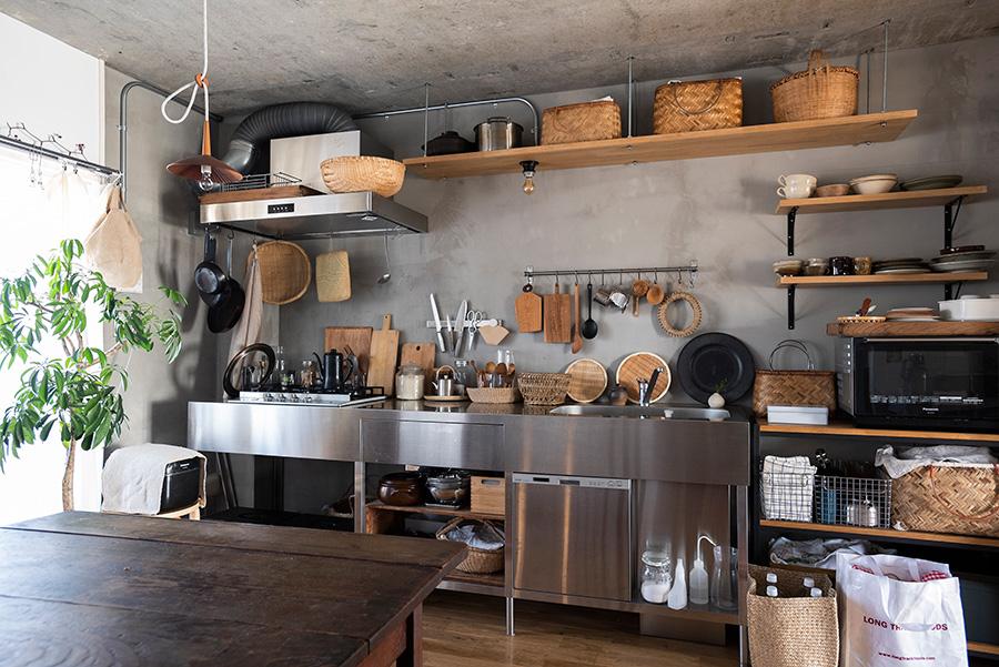 キッチンの壁面はモルタルに。オープンシェルフの位置なども細かく考え、図面に起こして依頼した。
