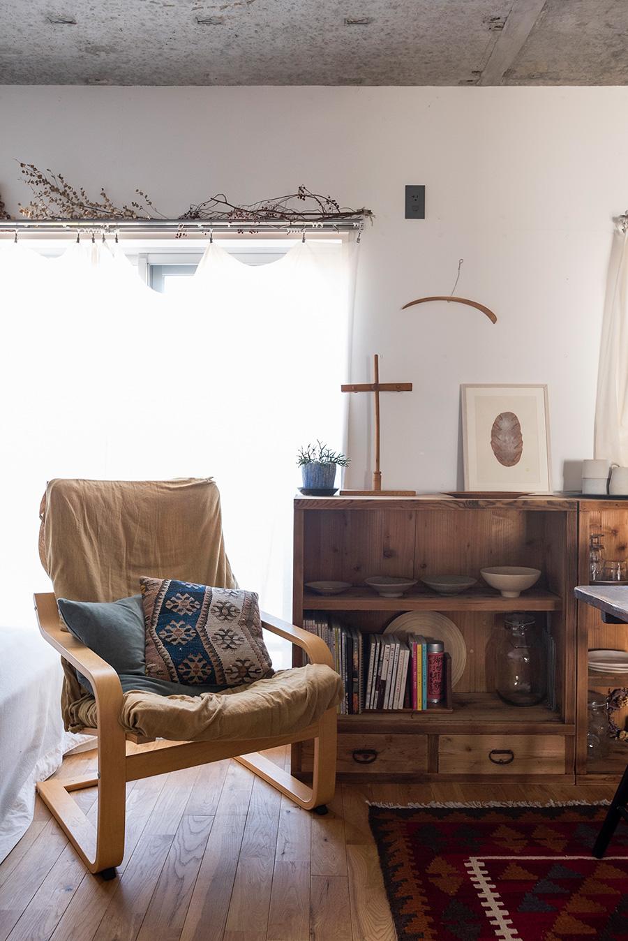 古家具を活かしたディスプレイが素敵。キャビネットの上には、理科実験道具、彦坂木版工房の原画などを飾る。