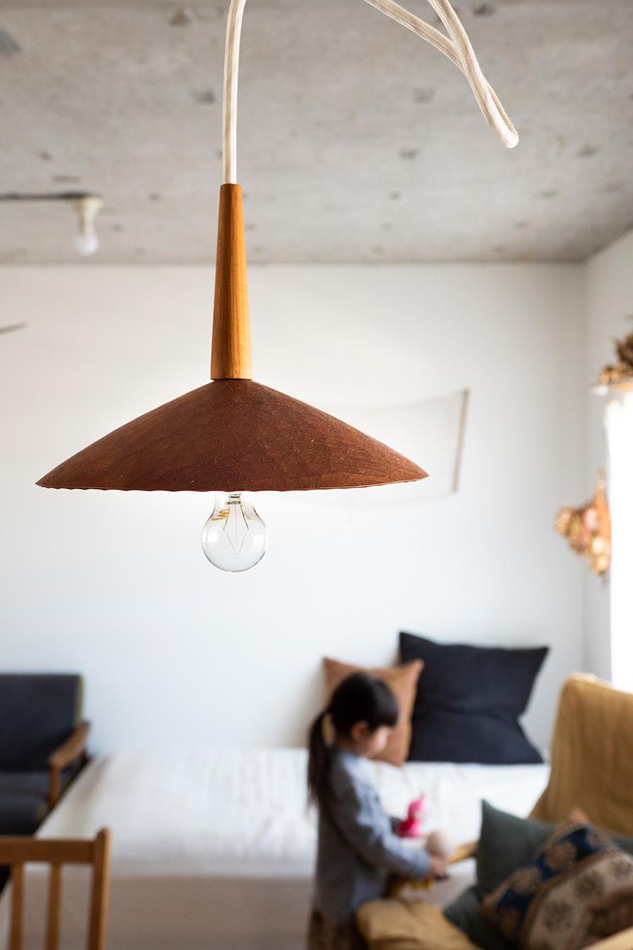 木の作家うだまさしさんのサクラの木を使ったランプシェードが、ダイニングをやさしく灯す。