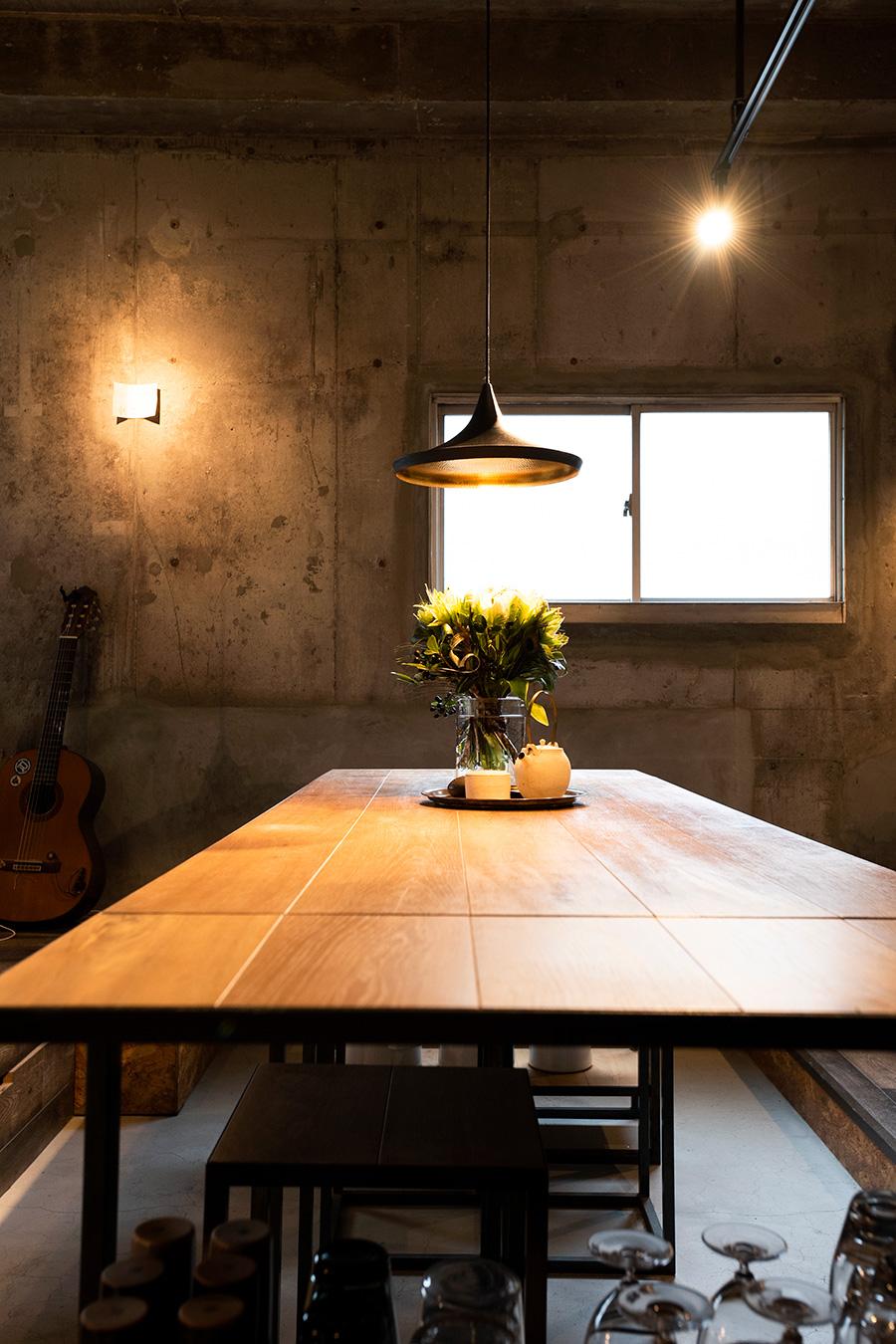 """名古屋の千葉工作所にフレームをオーダーしたダイニングテーブル。""""1枚板だと高価なので自分でフローリング材を張り合わせた""""天板は、味のあるアンティーク系をセレクト。"""