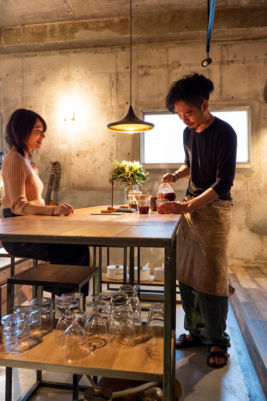 最近一緒に暮らし始めたパートナーの葵さん。レストランで食べたものからインスピレーションを受けて、料理を創作。友人を呼んでパーティーを開くことも多いそう。照明はトム・ディクソン。