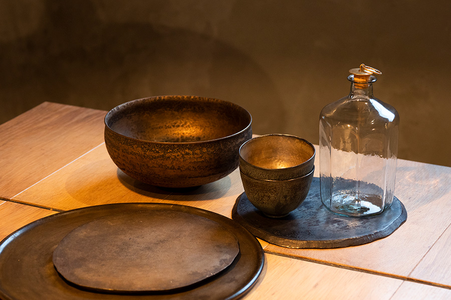 安藤雅信の皿に、大中和典の器。小鉢は大村剛、ガラスのボトルは津田清和。ギャラリーを巡っては購入するそう。