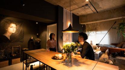 プロダクトデザイナーの暮らし  アートと花を愛でる 独創的なギャラリー空間