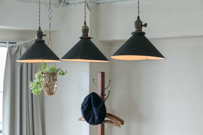 アンティークの傘を3つ並べて。電球はLED。「最近はLED電球の種類が増え、あたたかな光のもの、フィラメントが工夫されているものなど、いろいろなタイプのものがあります」