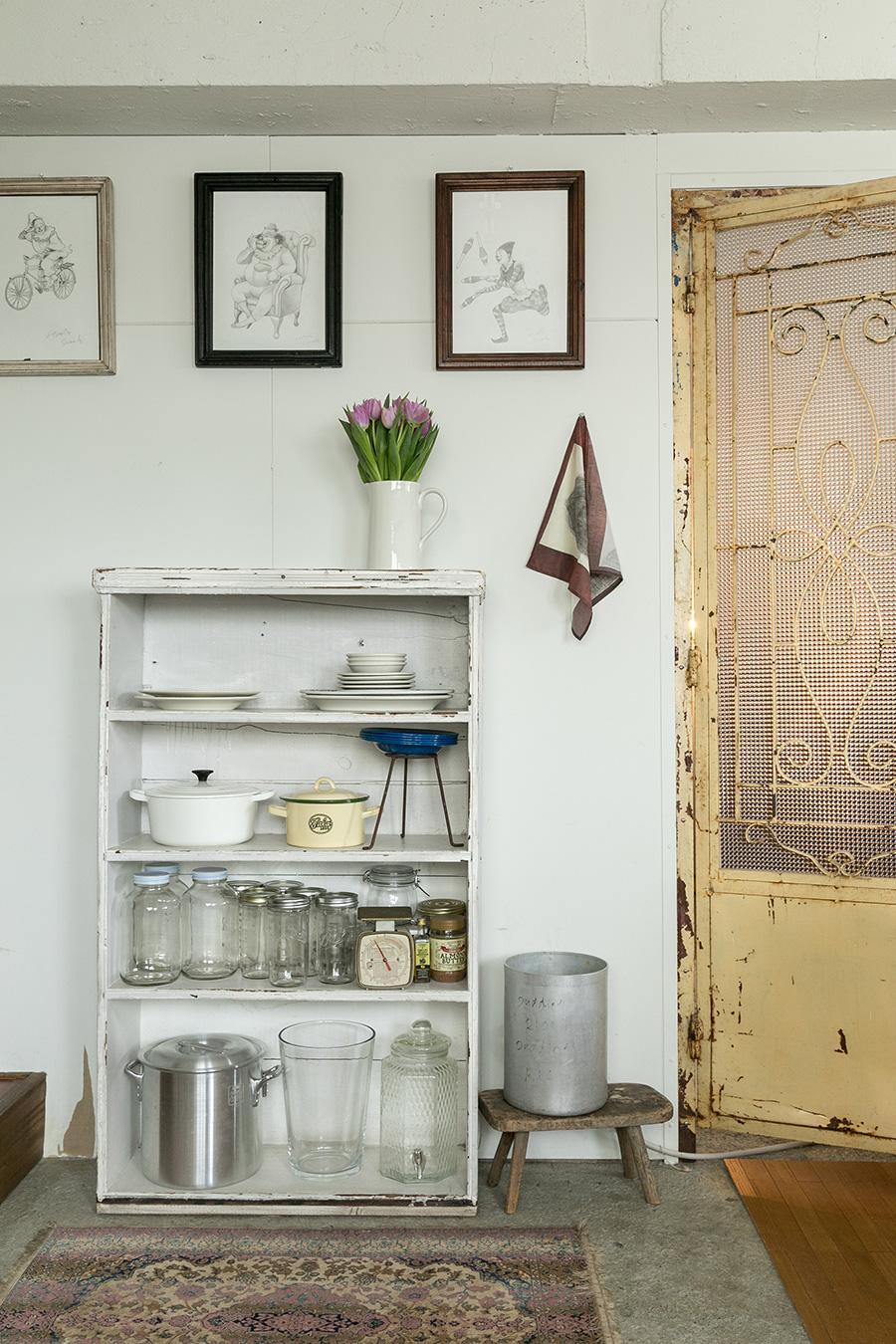 棚と壁に飾ったピエロのフレームのリズム感が美しい。